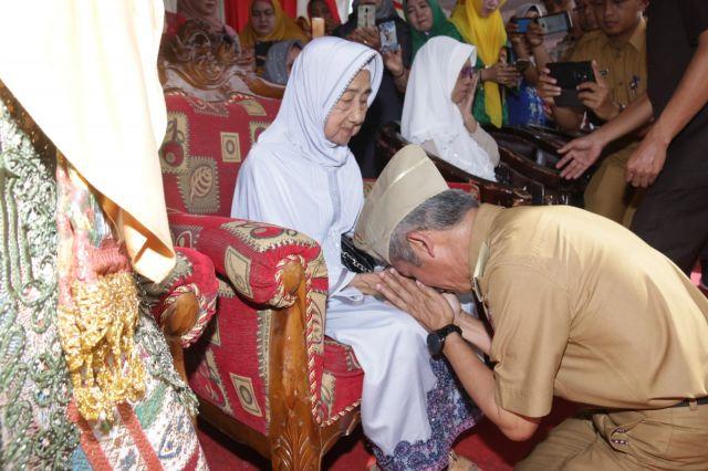Sungkeman Massal Mewarnai Peringatan Hari Ibu ke-91 di Pringsewu