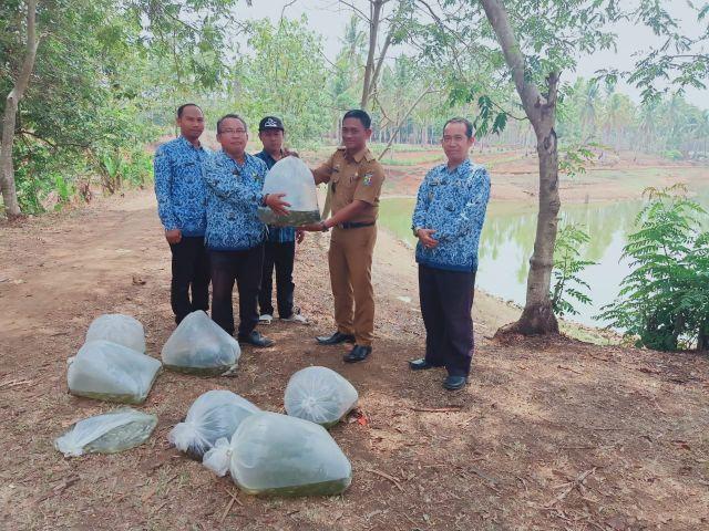 Penyerahan Benih Ikan Restocking di Perairan Umum